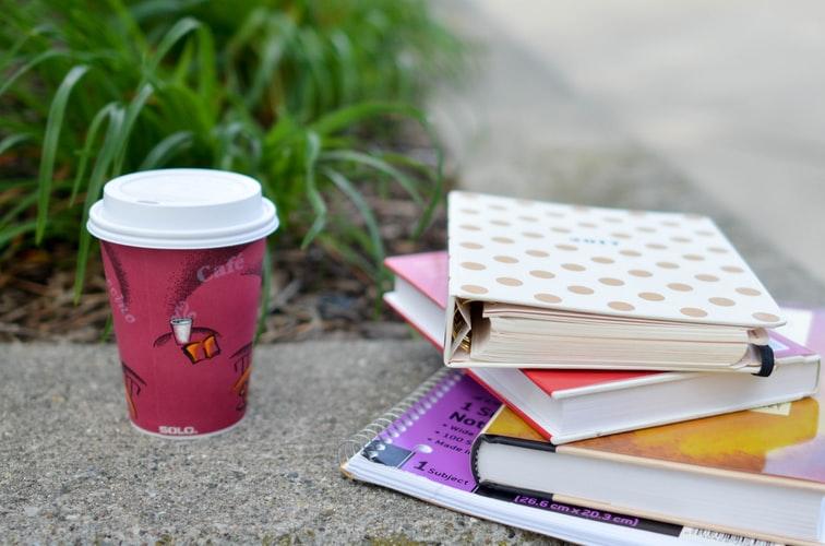 agenda pour étudiant poser sur le rebord en pierre avec un café pour noël