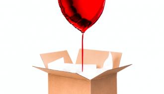 ballon coeur rouge dans une boite en carton