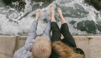 premier rendez vous au bord de la mer couple